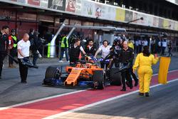 Stoffel Vandoorne, McLaren MCL33 viene spinto in pit lane