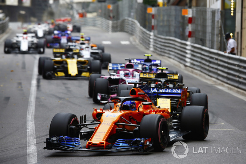 Fernando Alonso, McLaren MCL33, precede Carlos Sainz Jr., Renault Sport F1 Team R.S. 18, Sergio Perez, Force India VJM11