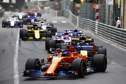 Fernando Alonso, McLaren MCL33, devant Carlos Sainz Jr., Renault Sport F1 Team R.S. 18, Sergio Perez, Force India VJM11