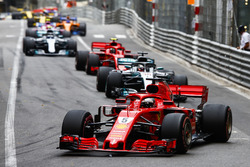 Sebastian Vettel, Ferrari SF71H, devant Lewis Hamilton, Mercedes AMG F1 W09, Kimi Raikkonen, Ferrari SF71H, Valtteri Bottas, Mercedes AMG F1 W09