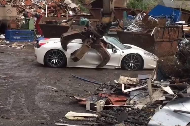 Autó Pillanatok alatt vált semmivé egy Ferrari 458 Italia