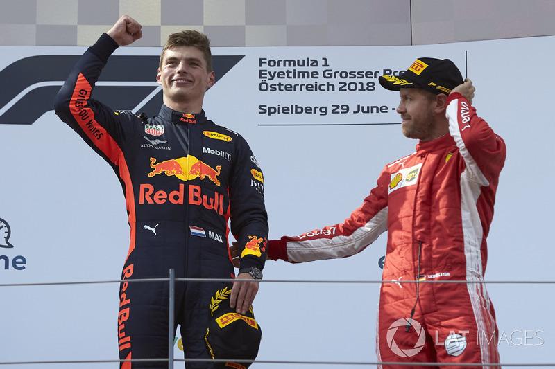 Max Verstappen, Red Bull Racing, 1° classificato, e Sebastian Vettel, Ferrari, 3° classificato, festeggiano sul podio