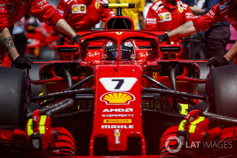 Kimi Raikkonen, Ferrari SF71H, arriva in griglia