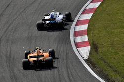 Sergey Sirotkin, Williams FW41 and Stoffel Vandoorne, McLaren MCL33