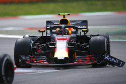 Max Verstappen, Red Bull Racing RB14 with front wing damage