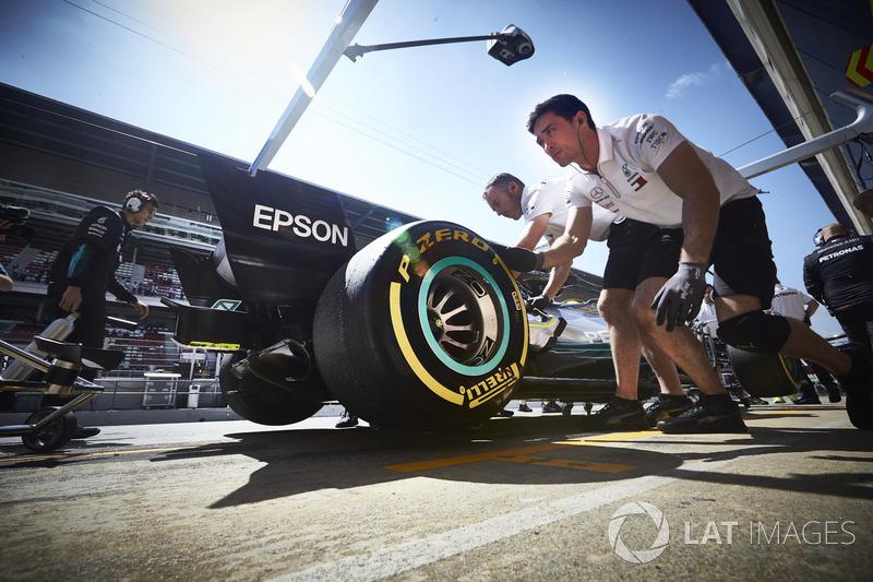 Ingenieros con el coche de Lewis Hamilton, Mercedes AMG F1 W09, en el pit lane