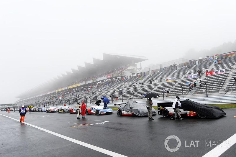 Los coches alineados en la recta de meta