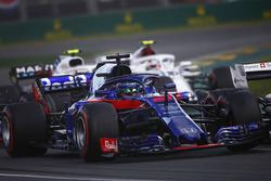 Brendon Hartley, Toro Rosso STR13 Honda, precede Charles Leclerc, Sauber C37 Ferrari, e Sergey Sirotkin, Williams FW41 Mercedes, alla partenza