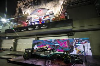 Lewis Hamilton, Mercedes AMG F1, 1° classificato, Max Verstappen, Red Bull Racing, 2° classificato, e Sebastian Vettel, Ferrari, 3° classificato, festeggiano sul podio