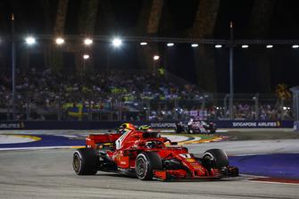 Кими Райкконен, Ferrari SF71H, и Даниэль Риккардо, Red Bull Racing RB14