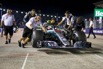 Lewis Hamilton, Mercedes AMG F1 W09 EQ Power+ est poussé par des mécaniciens sur la grille
