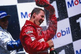 Michael Schumacher, Ferrari, fête sa victoire sur le podium