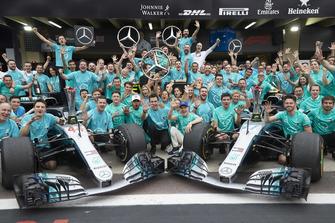 Lewis Hamilton, Valtteri Bottas, Toto Wolff, Mercedes AMG F1, avec l'équipe pour fêter le titre constructeurs