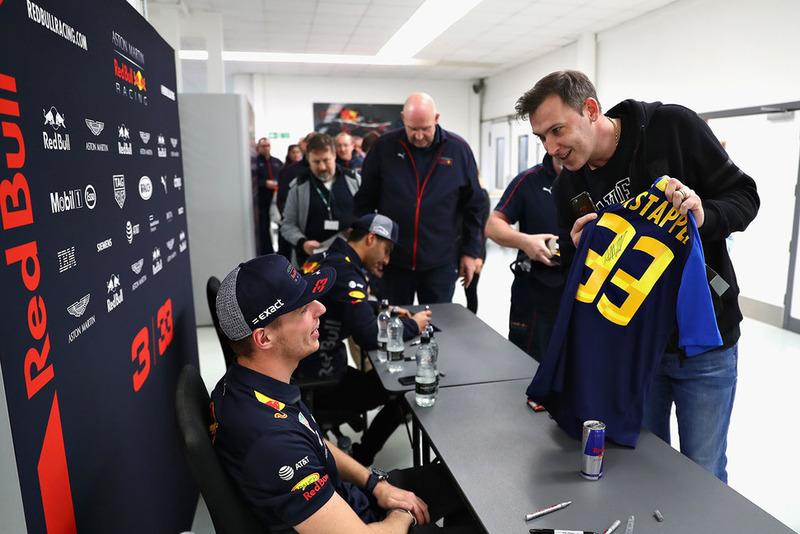 Max Verstappen, Red Bull Racing, y Daniel Ricciardo, Red Bull Racing, hablan con miembros de Red Bull Racing