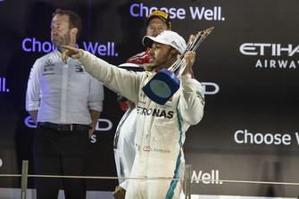 Le vainqueur Lewis Hamilton, Mercedes AMG F1 sur le podium avec son trophée