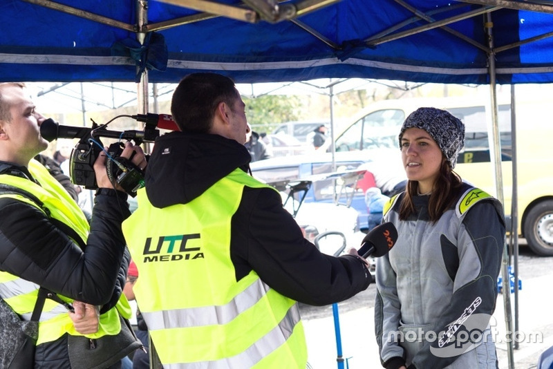Софі Голан дає інтерв'ю знімальній групі каналу 2+2