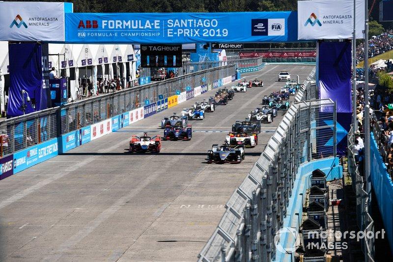 La partenza della gara, con Sébastien Buemi, Nissan e.Dams, Nissan IMO1, accanto a Pascal Wehrlein, Mahindra Racing, M5 Electro, davanti al gruppo