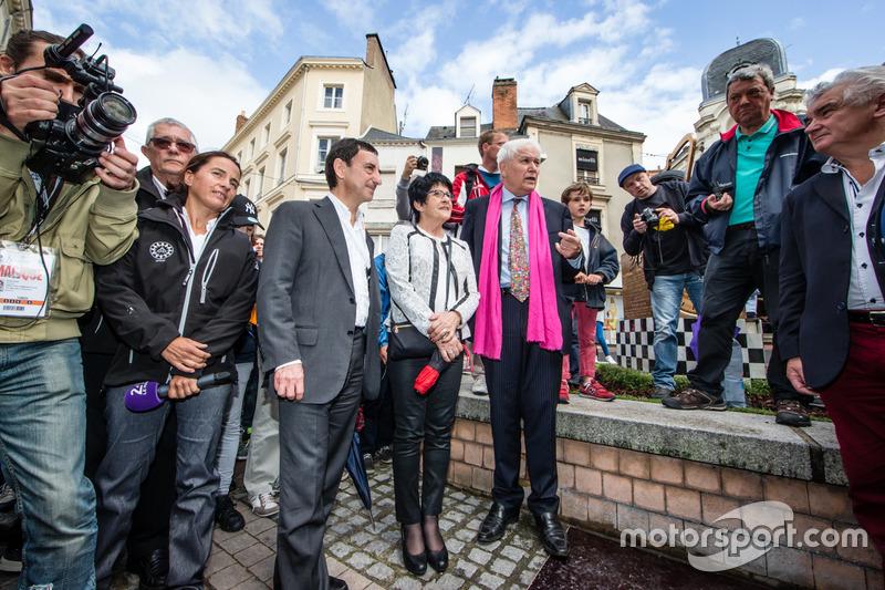 Церемонія відбитків долонь: президентом ACO П'єрр Фійон та мер міста Ле-Ман