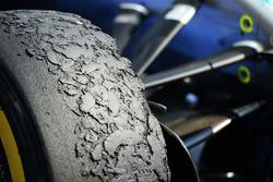 Neumáticos Pirelli en un híbrido de Mercedes AMG F1 W07