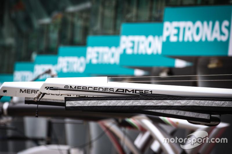 Boxenequipment von Mercedes AMG F1 Team
