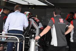 Antonio Giovinazzi, Haas F1 Team piloto de prueba y Jo Bauer, delegado de la FIA después de la prueba