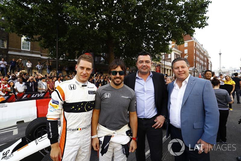 Групове фото McLaren: Стоффель Вандорн, Фернандо Алонсо, гоночний директор Ерік Бульє та виконавчий