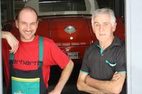 Thomas und Fredy Amweg schauen aus dem Eingang der Werkstätte in Ammerswil