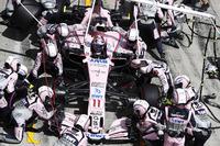 Sergio Perez, Sahara Force India F1 VJM10, tijdens de pitstop