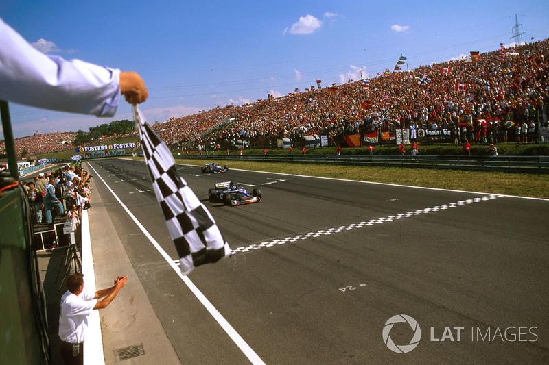 На Гран Прі Угорщини 1997 року лідирував Деймон Хілл, але на його Arrows почалися проблеми з гідравлікою, і британцю довелося задовольнитися другим місцем.