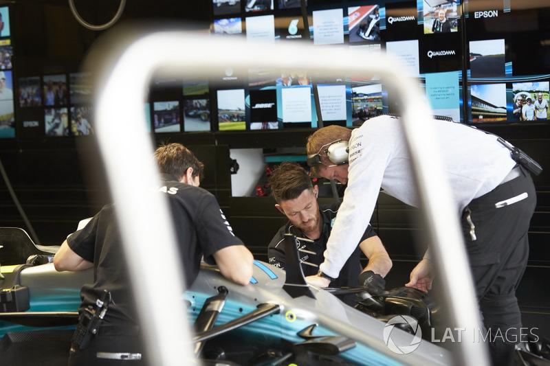 Інженери Mercedes з Mercedes AMG F1 W08 Валттері Боттаса