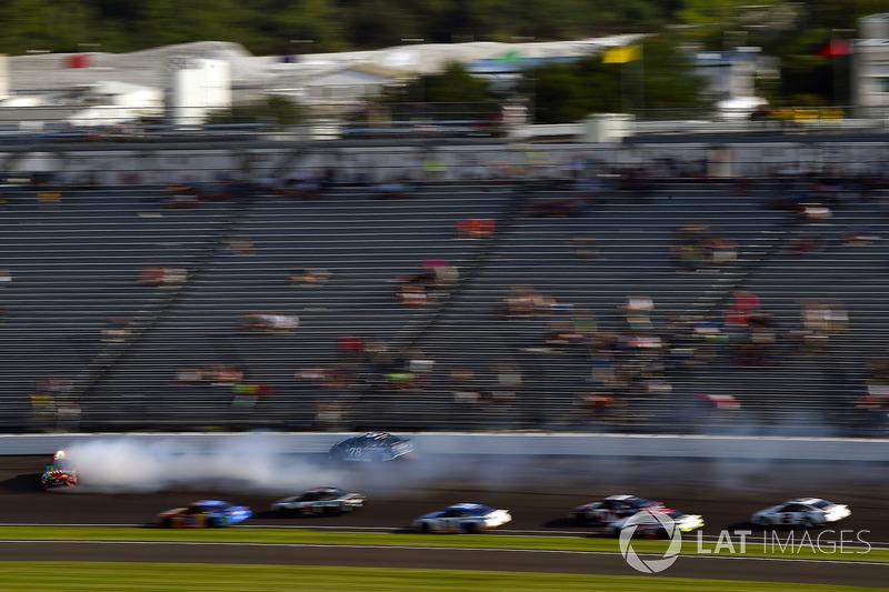 Kyle Busch, Joe Gibbs Racing Toyota nd Martin Truex Jr., Furniture Row Racing Toyota gira