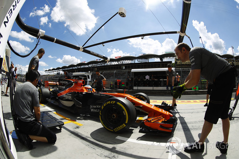 Fernando Alonso, McLaren MCL32, en pit lane