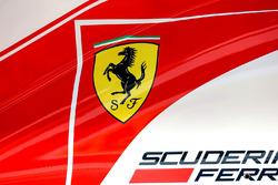 Логотип Ferrari на кожухе SF70H