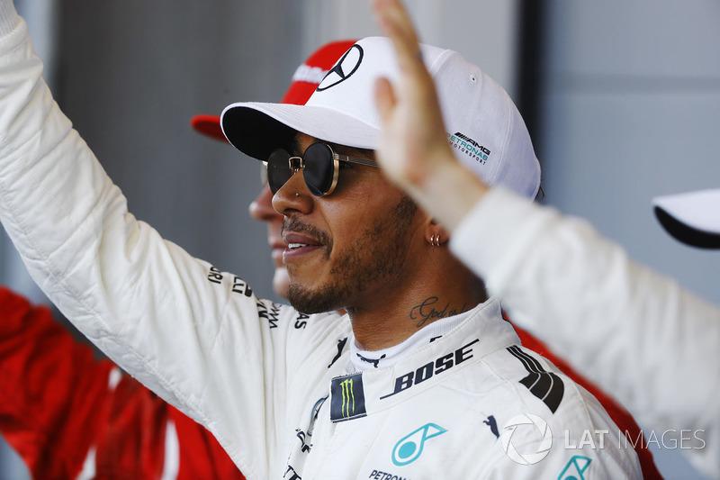 Lewis Hamilton, Mercedes AMG F1, feiert seinen Pole-Position neben Kimi Raikkonen, Ferrari, Valtteri