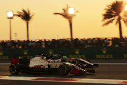 Romain Grosjean, Haas F1 Team VF-16 and Nico Hulkenberg, Sahara Force India F1 VJM09 battle for position