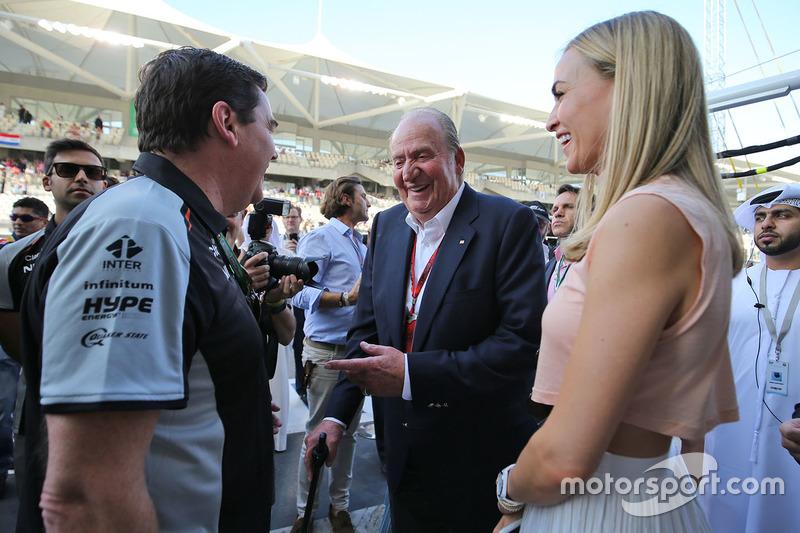 L'ex Re di Spagna Juan Carlos con Carmen Jorda, pilota sviluppatore Renault Sport F1 Team e Steve Cu