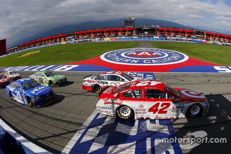 Denny Hamlin, Joe Gibbs Racing, Toyota; Kyle Larson, Chip Ganassi Racing, Chevrolet