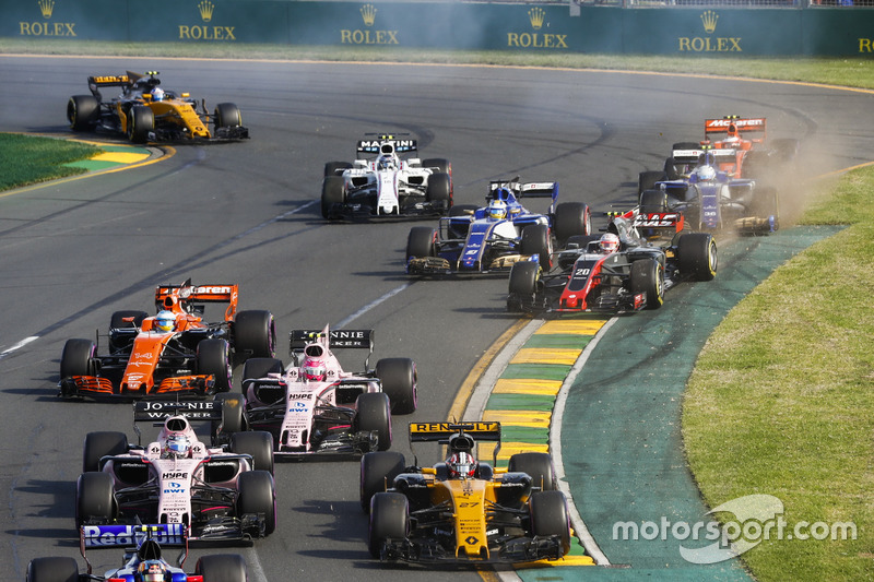 Nach dem Start: Nico Hülkenberg, Renault Sport F1 Team RS17; Sergio Perez, Force India VJM10; Esteba