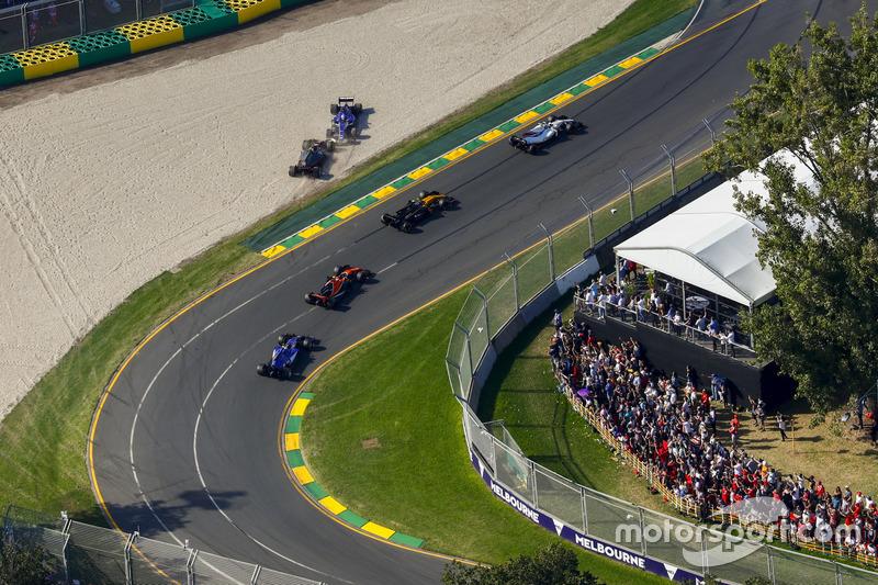 Marcus Ericsson, Sauber, C36; Kevin Magnussen, Haas F1 Team, VF-17