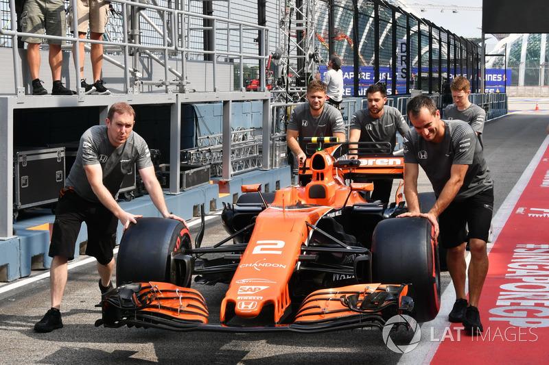 McLaren-Mechaniker schieben den McLaren MCL32