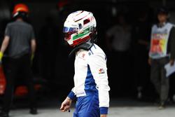 Гонщик Sauber Антонио Джовинацци возвращается в боксы после аварии