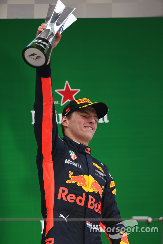 Podium: Max Verstappen, Red Bull Racing, mit Pokal