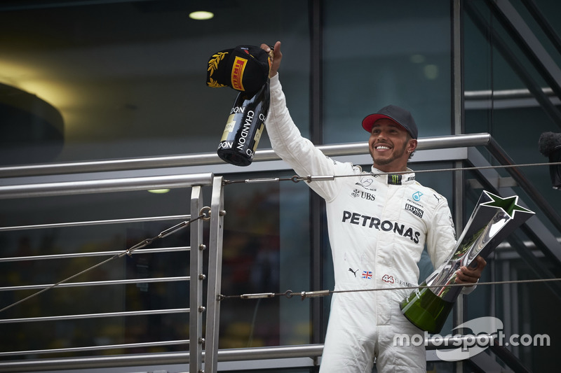 Podium: Race winner Lewis Hamilton, Mercedes AMG, with his trophy and Champagne