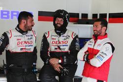 José María López TOYOTA GAZOO Racing con miembros del equipo