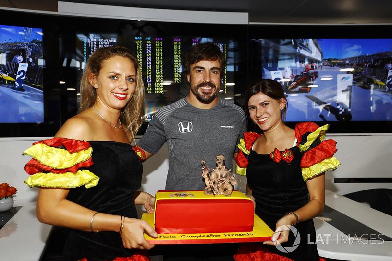 Гран Прі Угорщини. Фернандо Алонсо, McLaren, який святкує свій 36-й день народження, зі святковим тортом