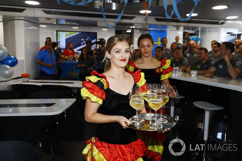 Дівчата, одягнені у спідниці для фламенко, готують напої для святкування дня народження Фернандо Ал