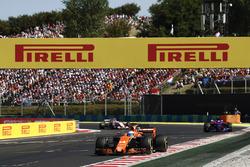 Fernando Alonso, McLaren MCL32, Carlos Sainz Jr., Scuderia Toro Rosso STR12 Sergio Perez, Sahara For