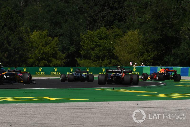 Daniel Ricciardo, Red Bull Racing RB13 con el daño del golpe