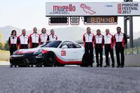 Foto di gruppo con la nuova Porsche GT3 Cup per il 2018