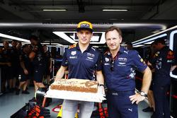 Max Verstappen, Red Bull Racing, reçoit un gâteau pour son 20e anniversaire par Christian Horner, Team Principal, Red Bull Racing